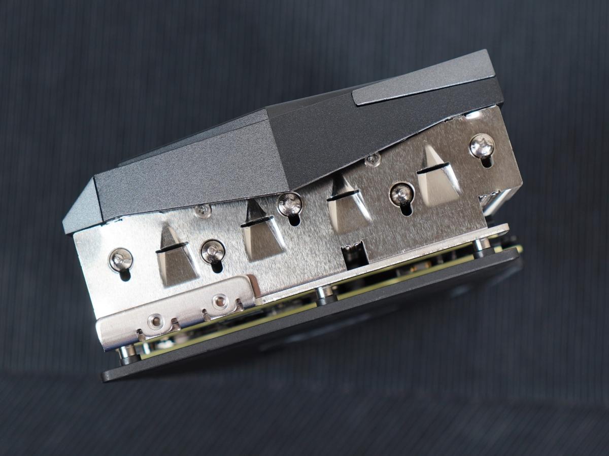 可以看到散熱器和熱導管的結合。