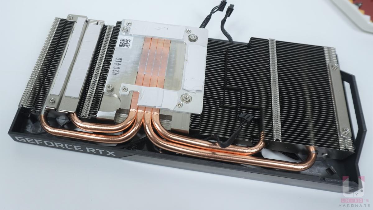 4 根熱導管直接接觸 GPU,其他供電和記憶體也有對應散熱金屬接觸面。
