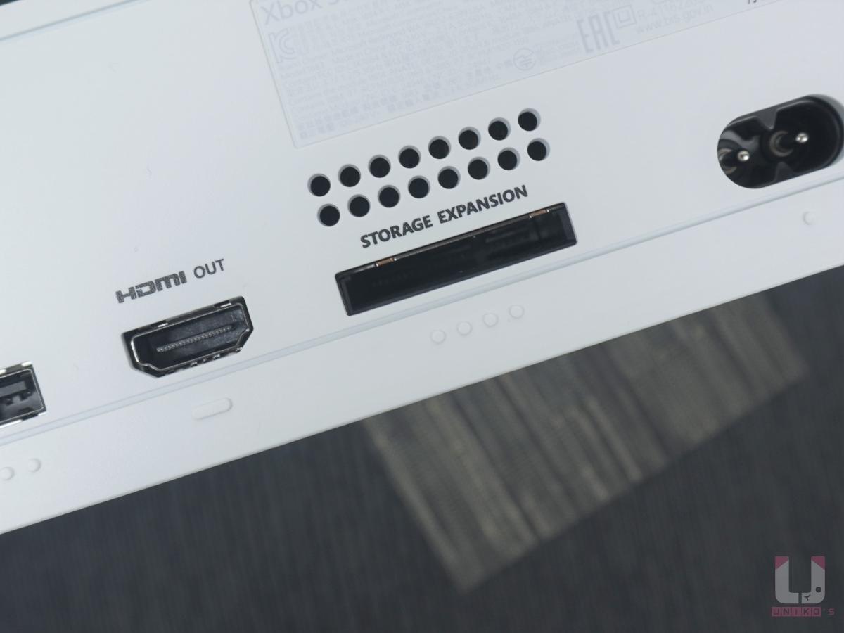 找到主機背後的擴充位置,寫著 Storage Expansion 的插槽,有防呆設計不怕裝錯。