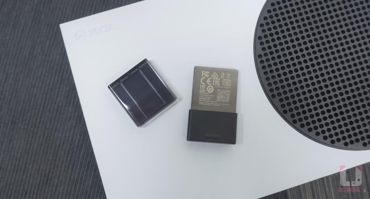 Seagate Xbox Series X S 專用儲存裝置擴充卡背面金屬部分有一些認證標章。