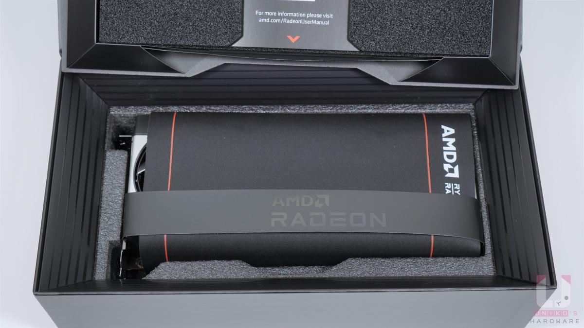 這次多一張 AMD Radeon 滑鼠墊,包覆在顯示卡外面,還有一個提把可以把顯示卡拉出來,這設計方便多了。