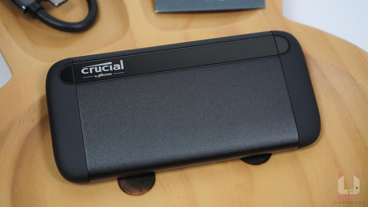 SSD 是一體式陽極氧化鋁核心,塞入 SSD 和電路板,SSD 兩端才是塑膠蓋子。