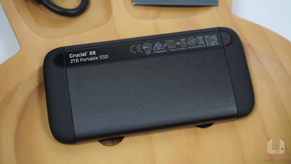 標示 2 TB 容量和一些安規標章。