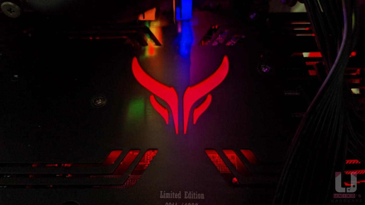金屬強化背板可以看到 RED DEVIL 標誌 RGB 燈效。