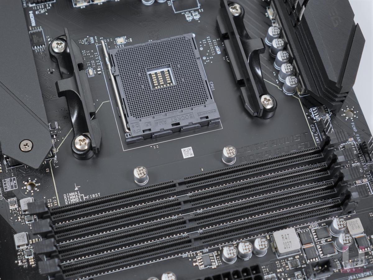 4 條 DDR4 插槽支援總合最高 128GB,並支援雙通道。