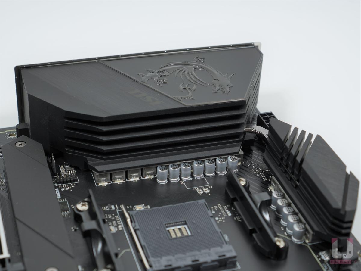 全覆式鋁合金 I/O 上蓋並加大散熱片,上面有 MEG 和 MSI 龍紋。