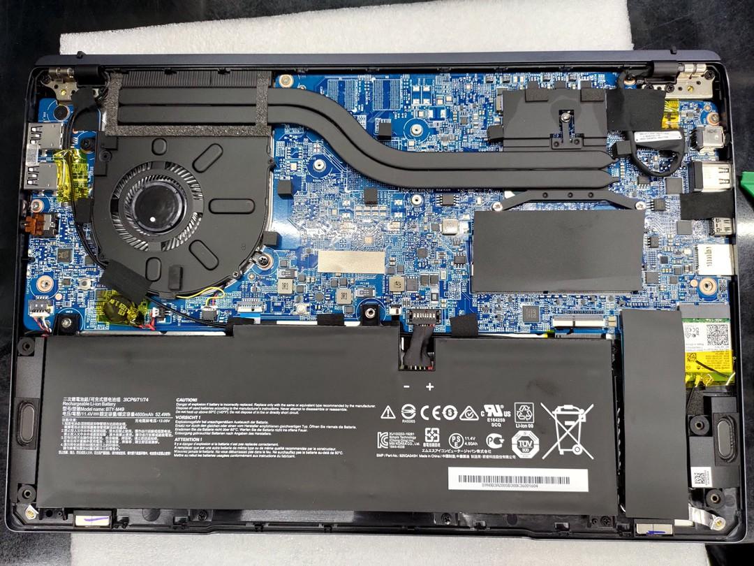 內部採單風扇雙導管散熱設計,出廠配 8GB 記憶體(單槽),最大支援 32GB,SSD 位於電池右測,容量 512GB,能依需求更換更大容量。