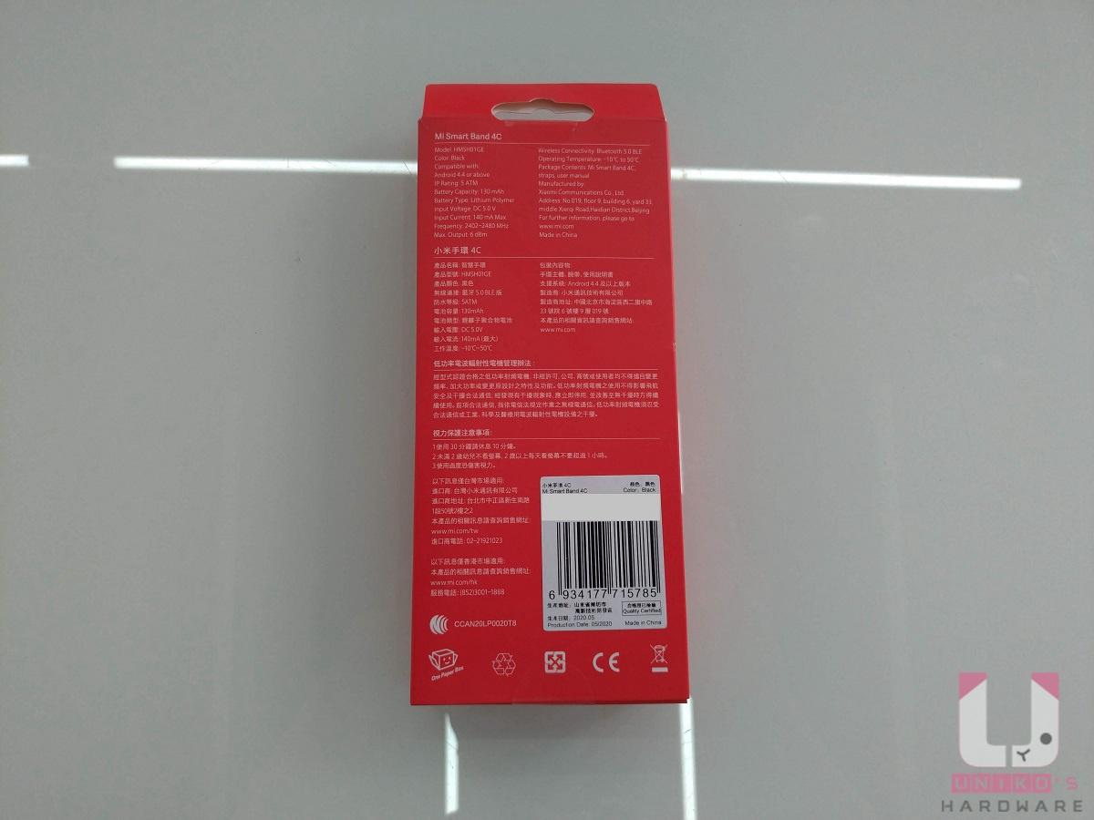 背面印著產品規格與安規認證。