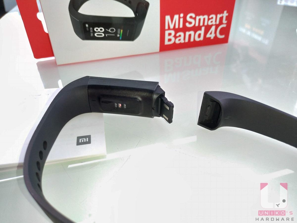 4C 沒有提供專用充電線,因為充電接點採用 USB Type-A 設計,只要把腕帶拔掉即可進行充電。