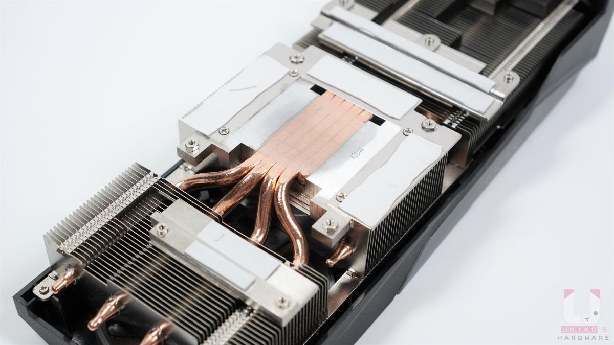 熱導管直接接觸 GPU,覆蓋在供電上的大塊金屬底板,銅熱導管也能幫助散熱。