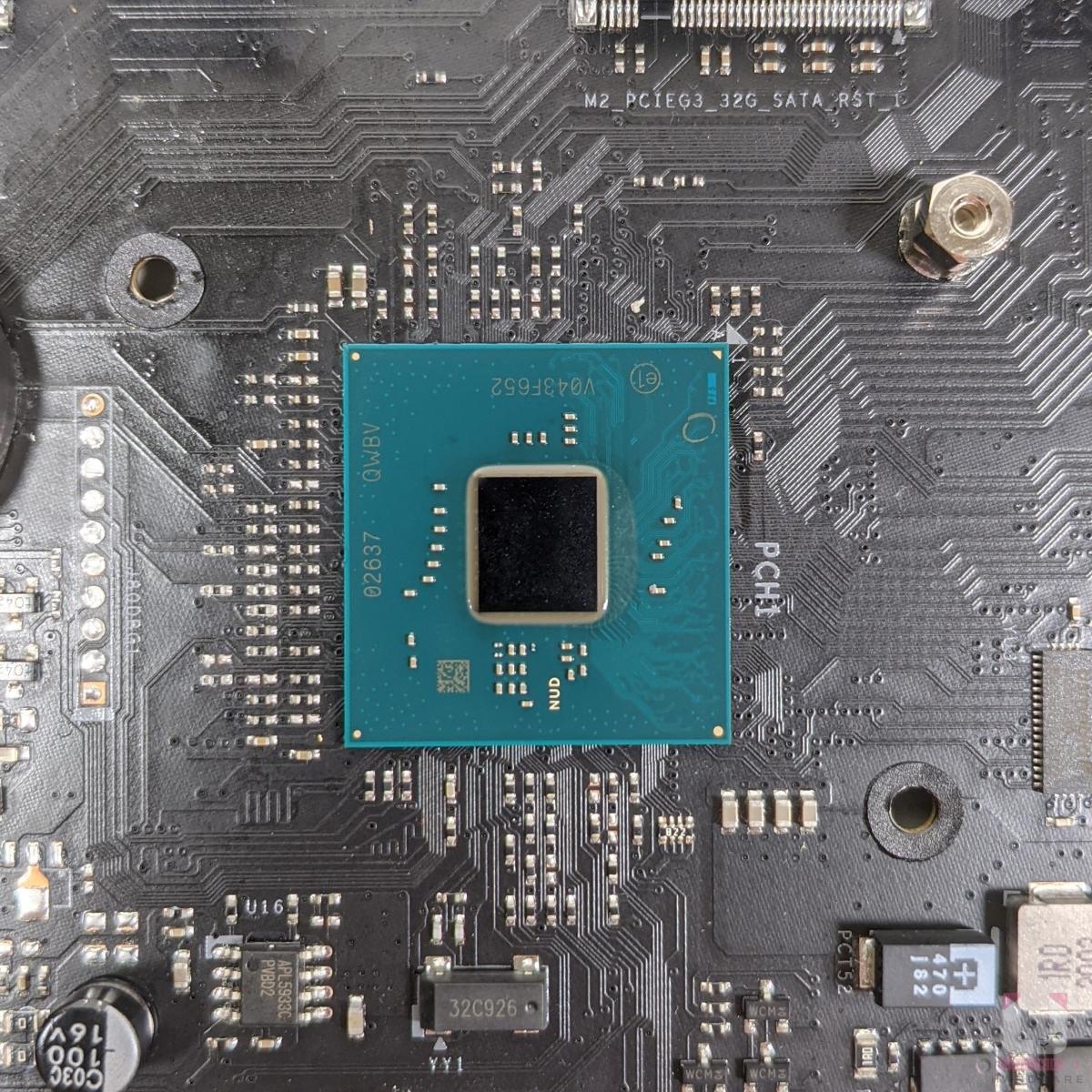 Intel Z590 晶片組。