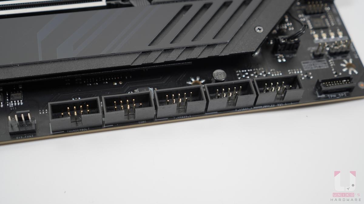 Thunderbolt、USB 2.0、COM Port、前置插座,相當的整齊。