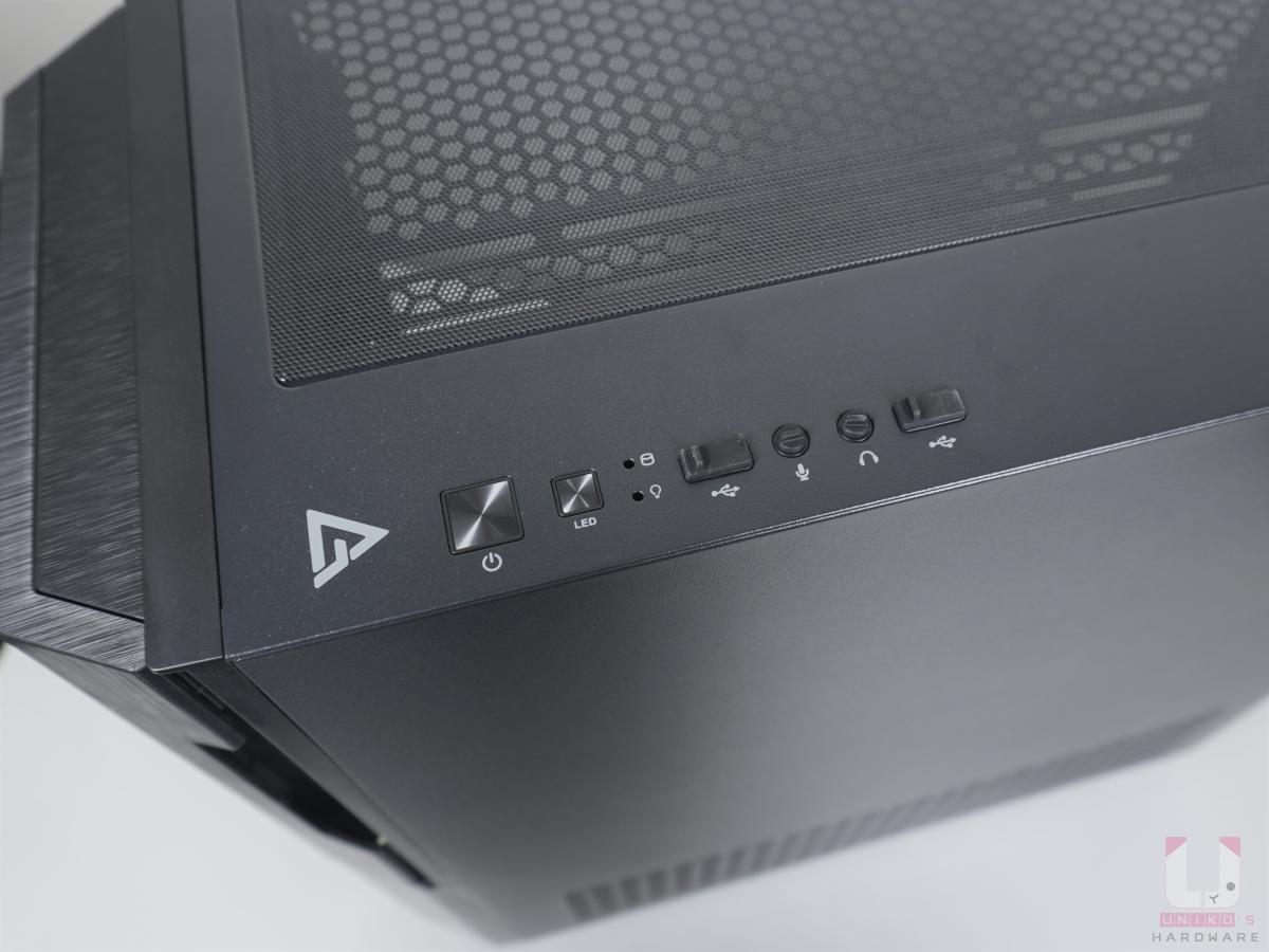 電源開關、RGB LED 開關、指示燈、USB 和音源孔,並有防塵塞。
