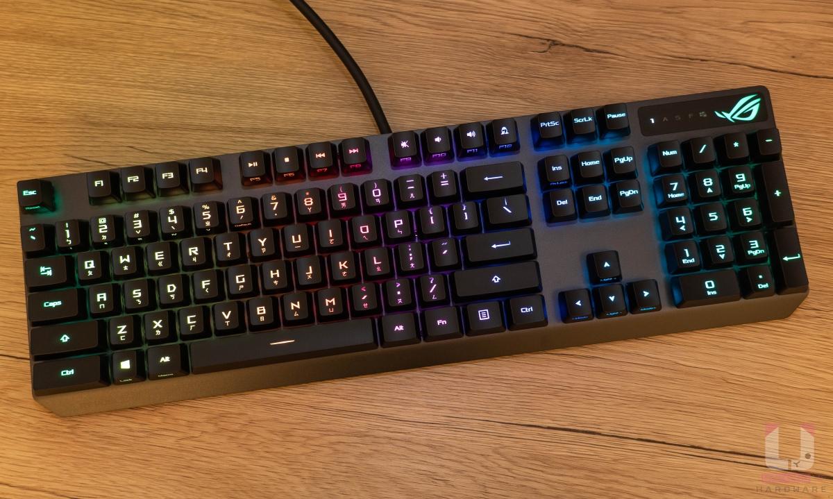 RGB 燈效控制得宜,可另外藉由 Armoury Crate 軟體自訂。