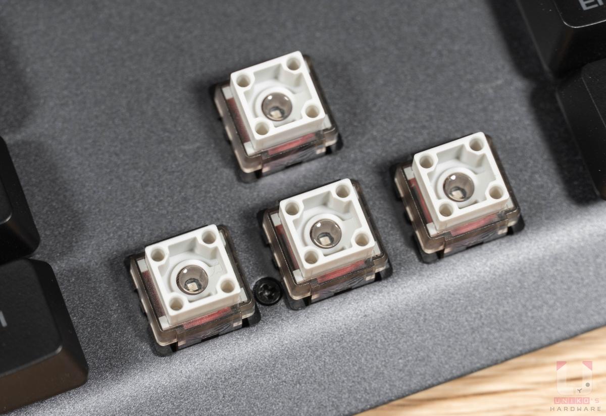 軸體採用 ROG 獨家 RX 光軸,總鍵程 4mm、觸發鍵程僅 1.5m,具備 40g 的初始力道、55g 驅動阻力。