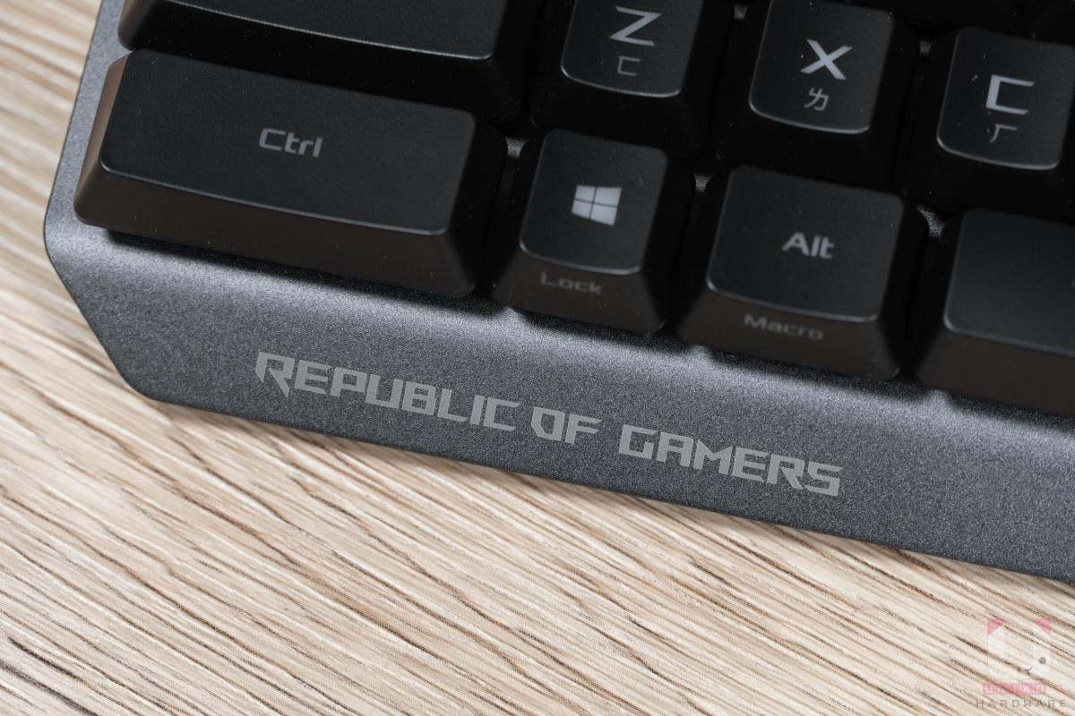 鍵盤前緣另有 Republic of Gamers 字樣,強化產品形象。