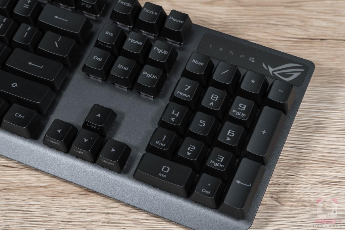 右側完整數字鍵和文書鍵區保留,數字鍵區上方有 ROG Logo 和指示燈。