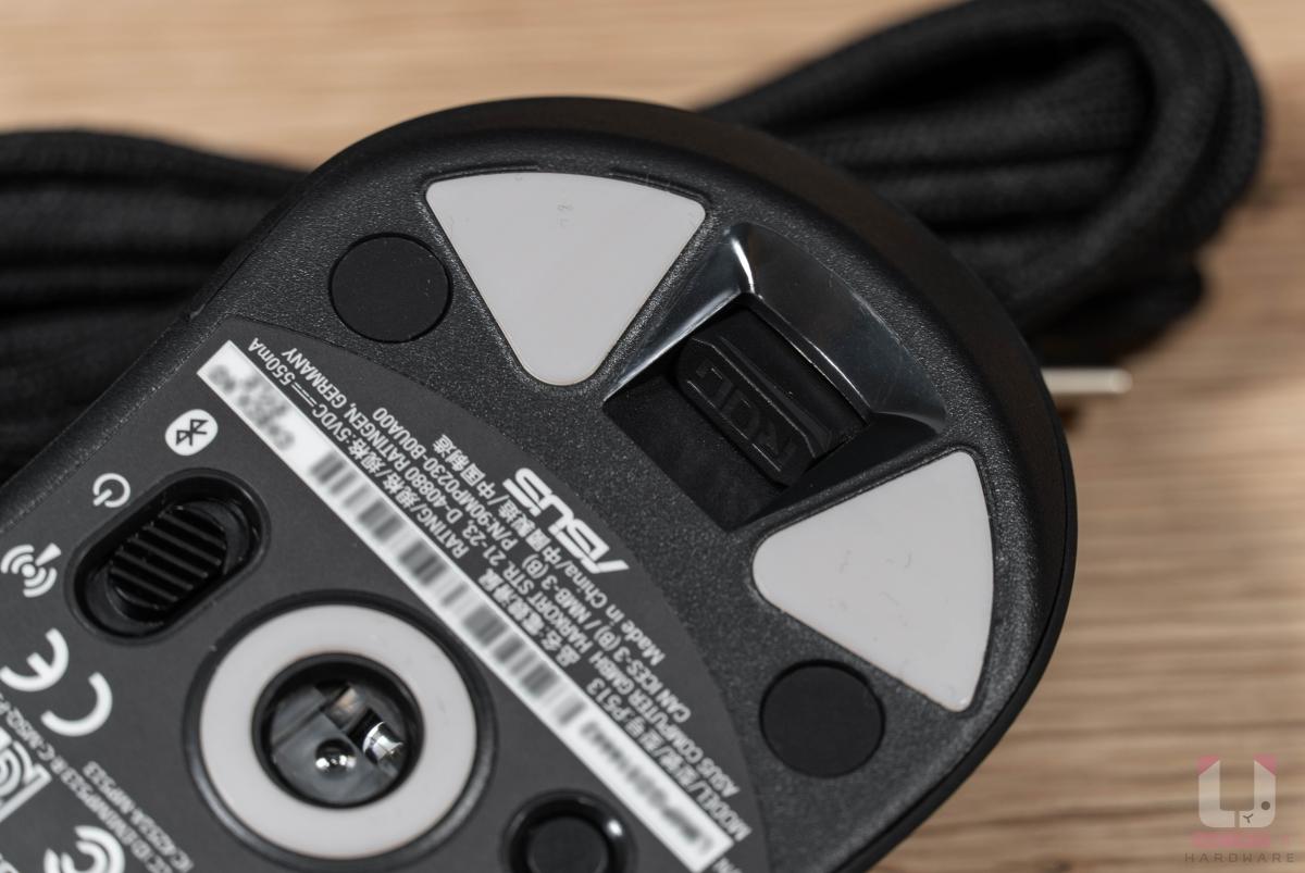 2.4GHz 無線接收器位於鼠尾的磁吸式收納槽內。