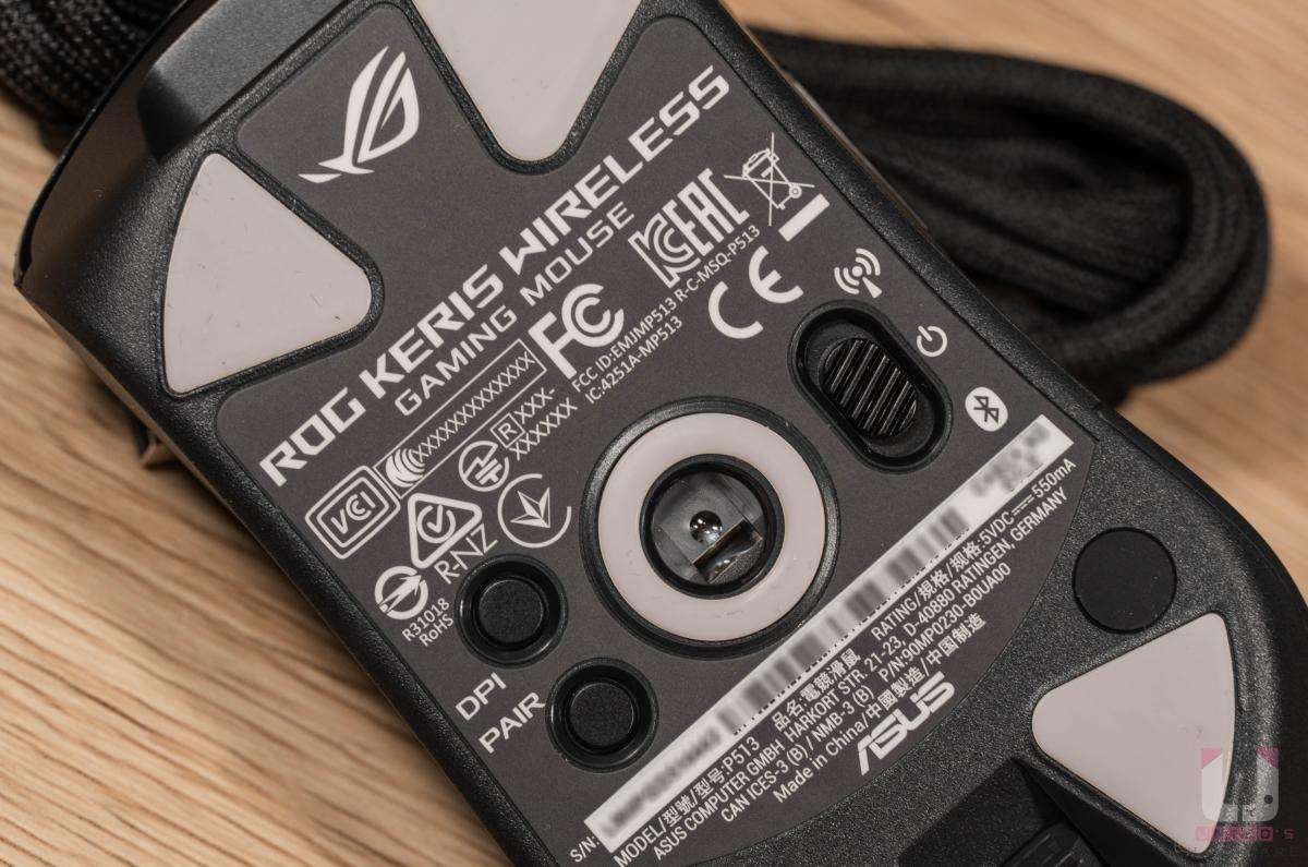 底部右側提供無線模式切換鍵,左側則是有 DPI 切換和藍牙配對。