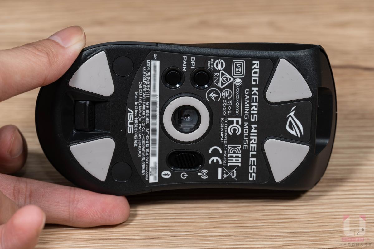 底部四角提供 PFTE 鐵氟龍材質鼠腳,中間則是 PAW3335 光學感測器,周圍也有一圈鼠腳。