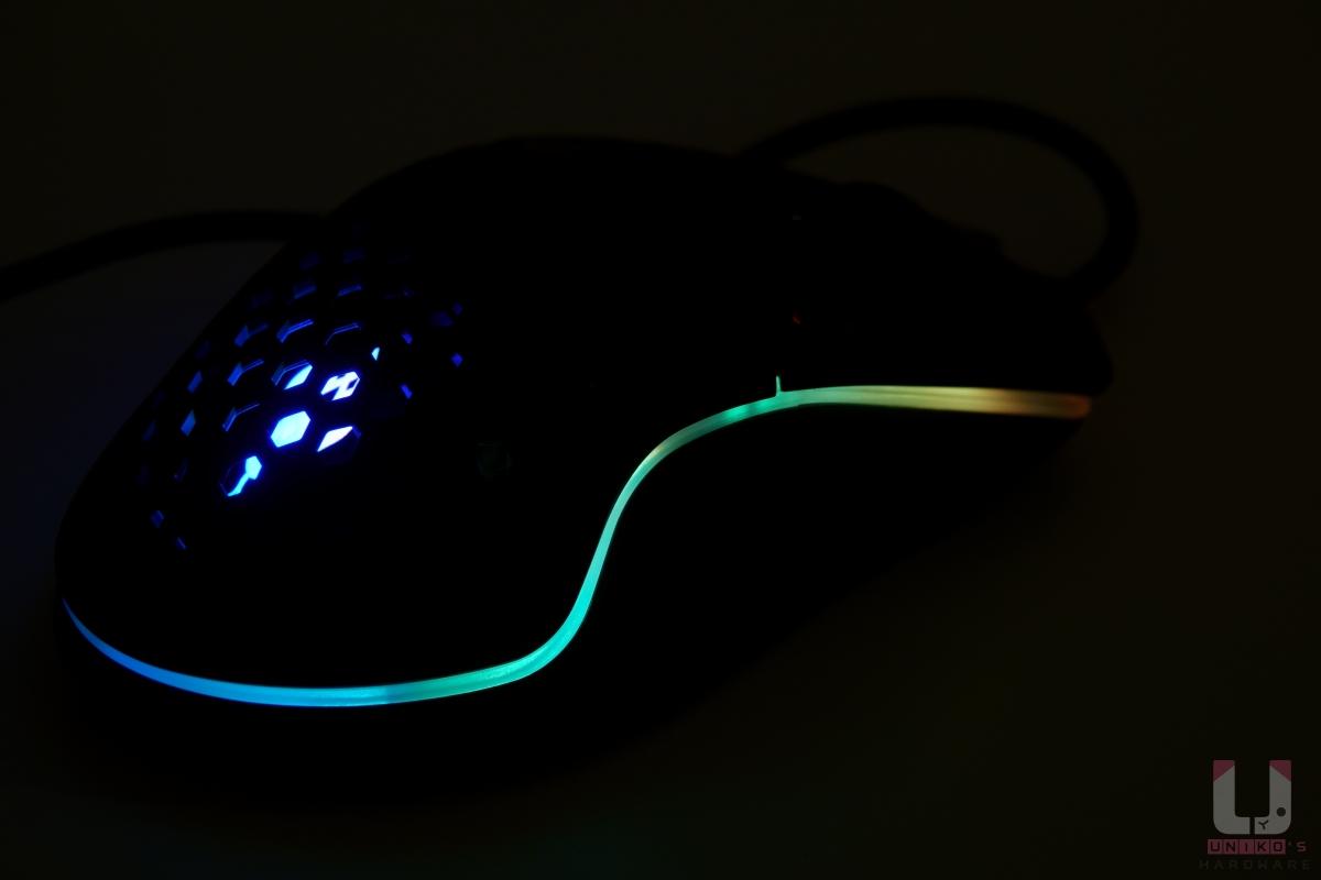 RGB 燈效預設為霓虹,效果挺好,ANACOMDA 的 LOGO 在鏤空內,低調又不失華麗感。