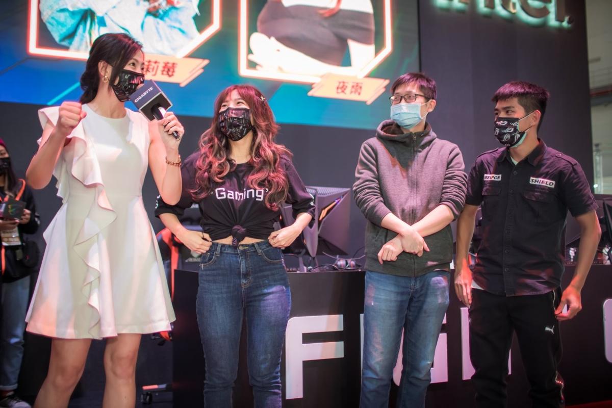 圖源:AORUS FB,可以看到貝莉莓 Beryl 和活動主持人帶著 AORUS 專屬口罩,而參加活動的粉絲則是戴著 ROG 專屬的口罩。
