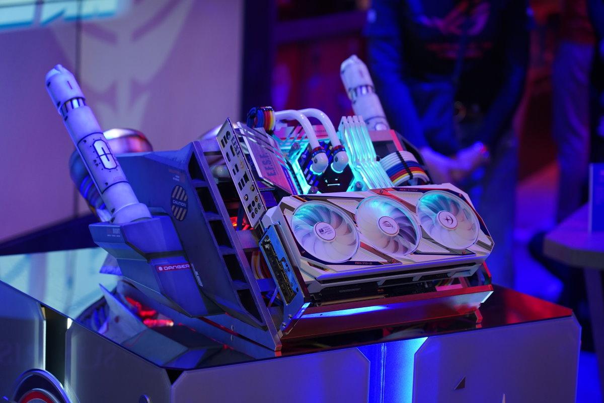 電競潮牌「ROG 玩家共和國」、模型改裝大師「喬老師」及PC改裝世界冠軍「AK Mod」跨界打造全球唯一ROG 鋼彈主題水冷改裝機「UC 核心反應裝置 G-pack Prototype 宇宙紀元動力」。