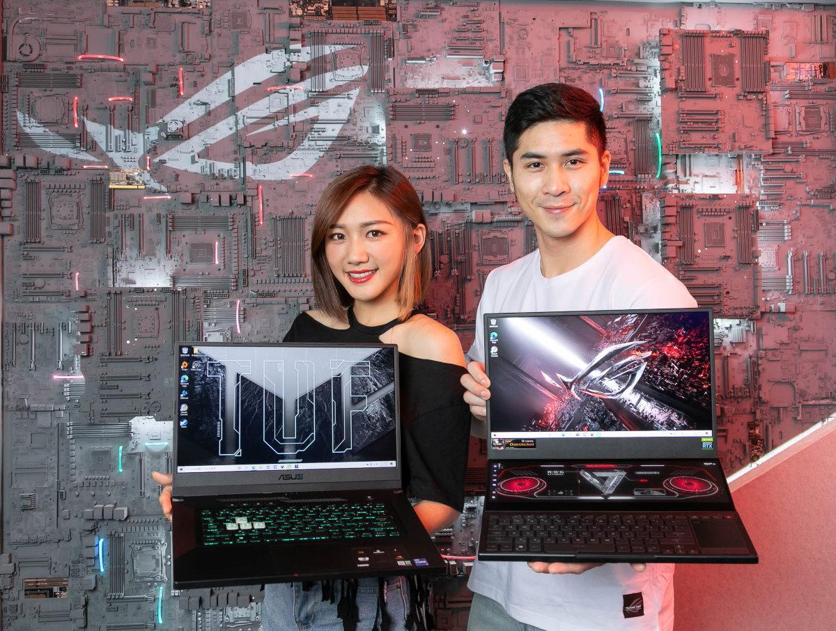 ROG 玩家共和國攤位展示 CES 發表的雙螢幕電競筆電 ROG Zephyrus Duo 15 SE,及嶄新樣貌的 ASUS TUF Dash F15。