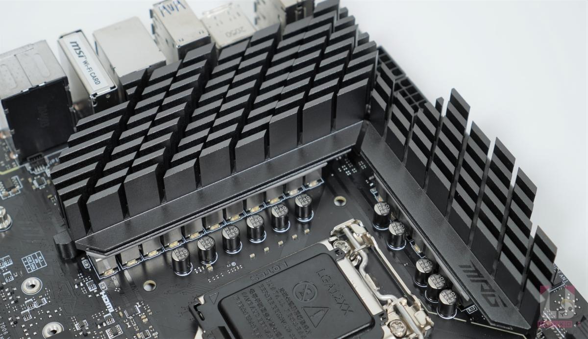 厚重的散熱器內建導熱管和加大的散熱片、並使用 7W/mK 的 MOSFET 散熱膠條。
