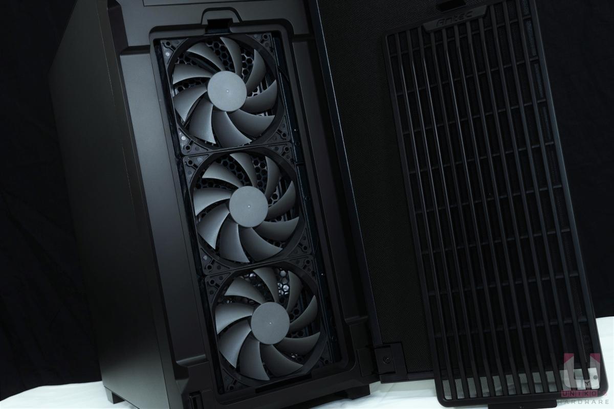 P10 FLUX 整套散熱架構和前面板搭配,其具備進氣開孔,搭上引流集中結構設計濾網,改善整體散熱。