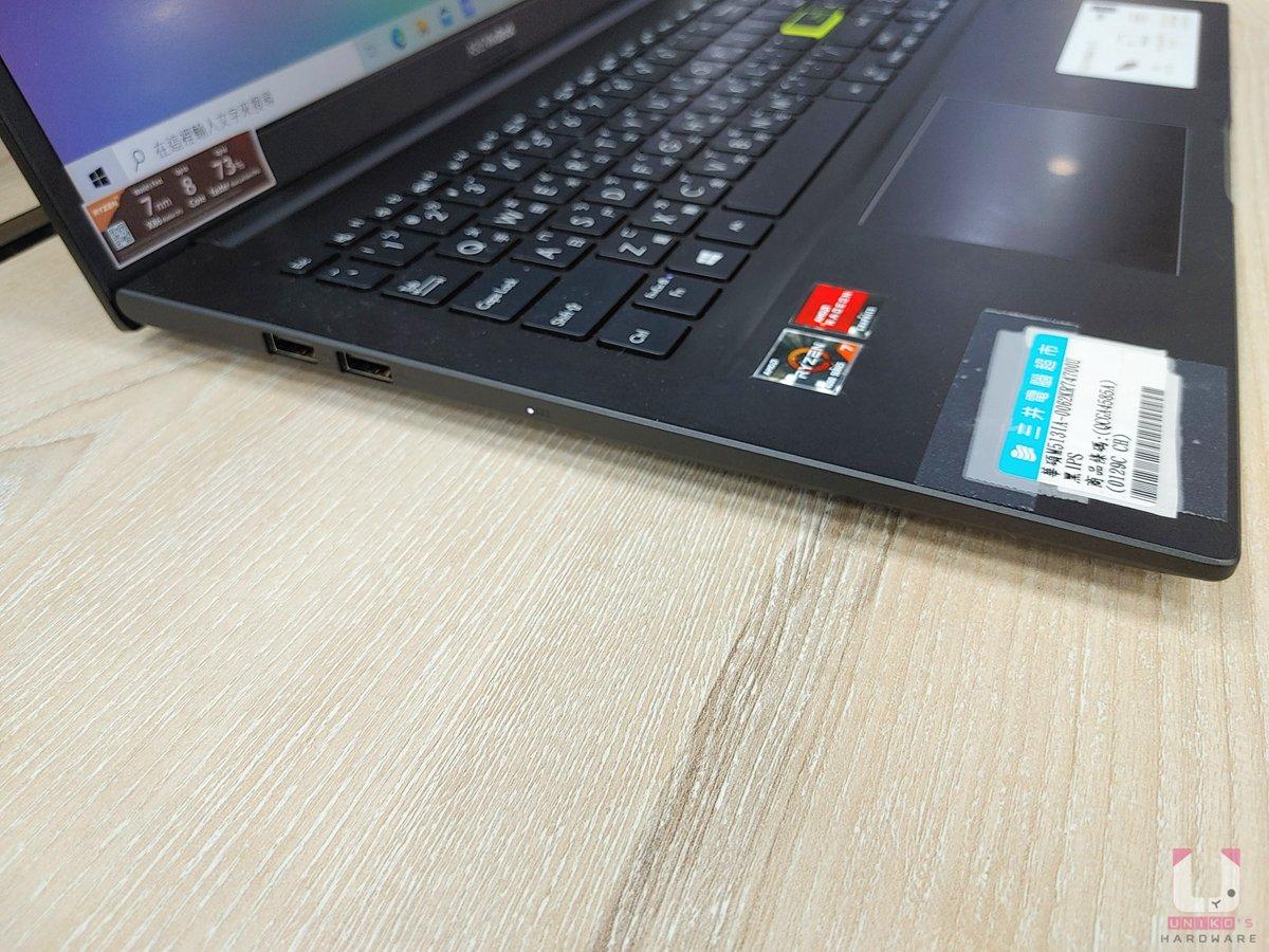 左側有兩個 USB 2.0 Type-A、充電指示燈。