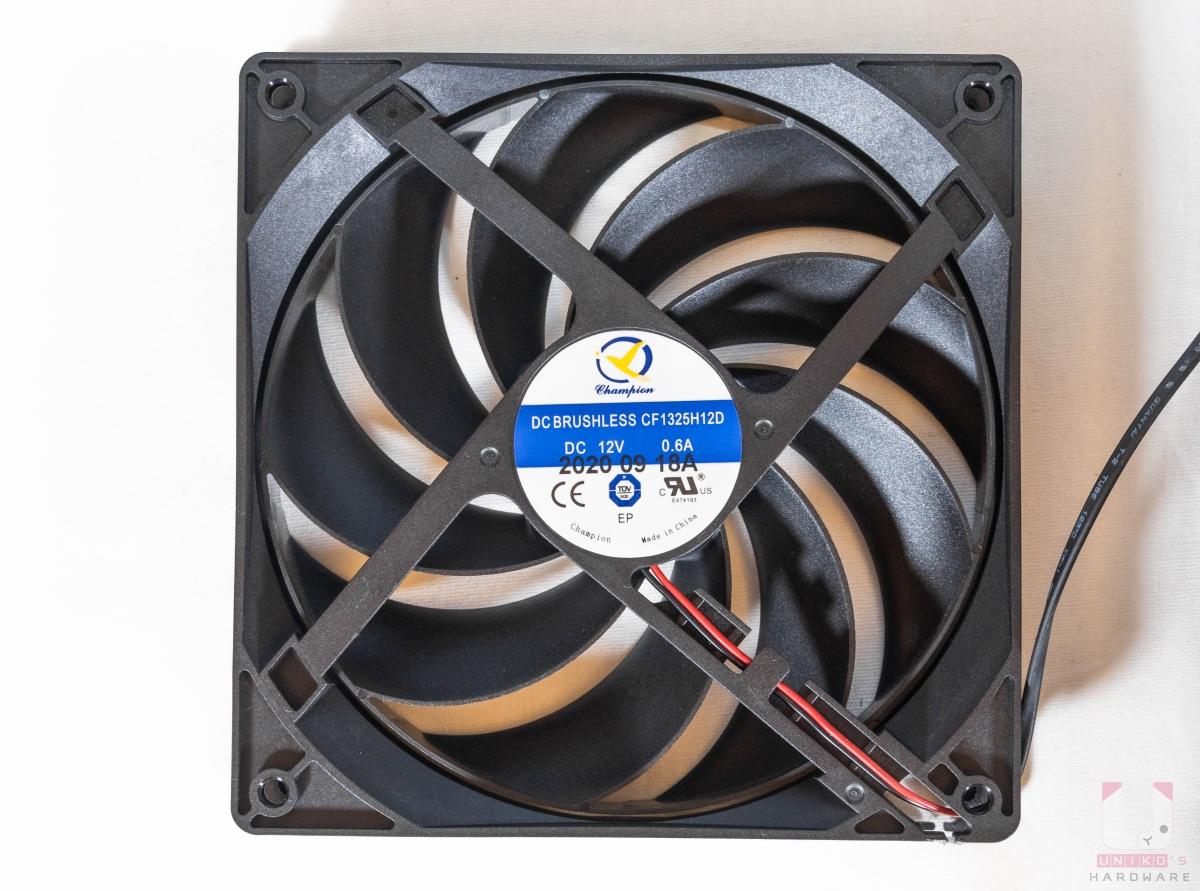 內部風扇規格為 135mm、12V 0.6A。