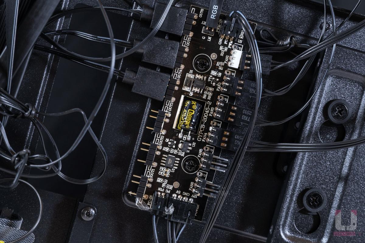 預先裝好的 ARGB 控制器。