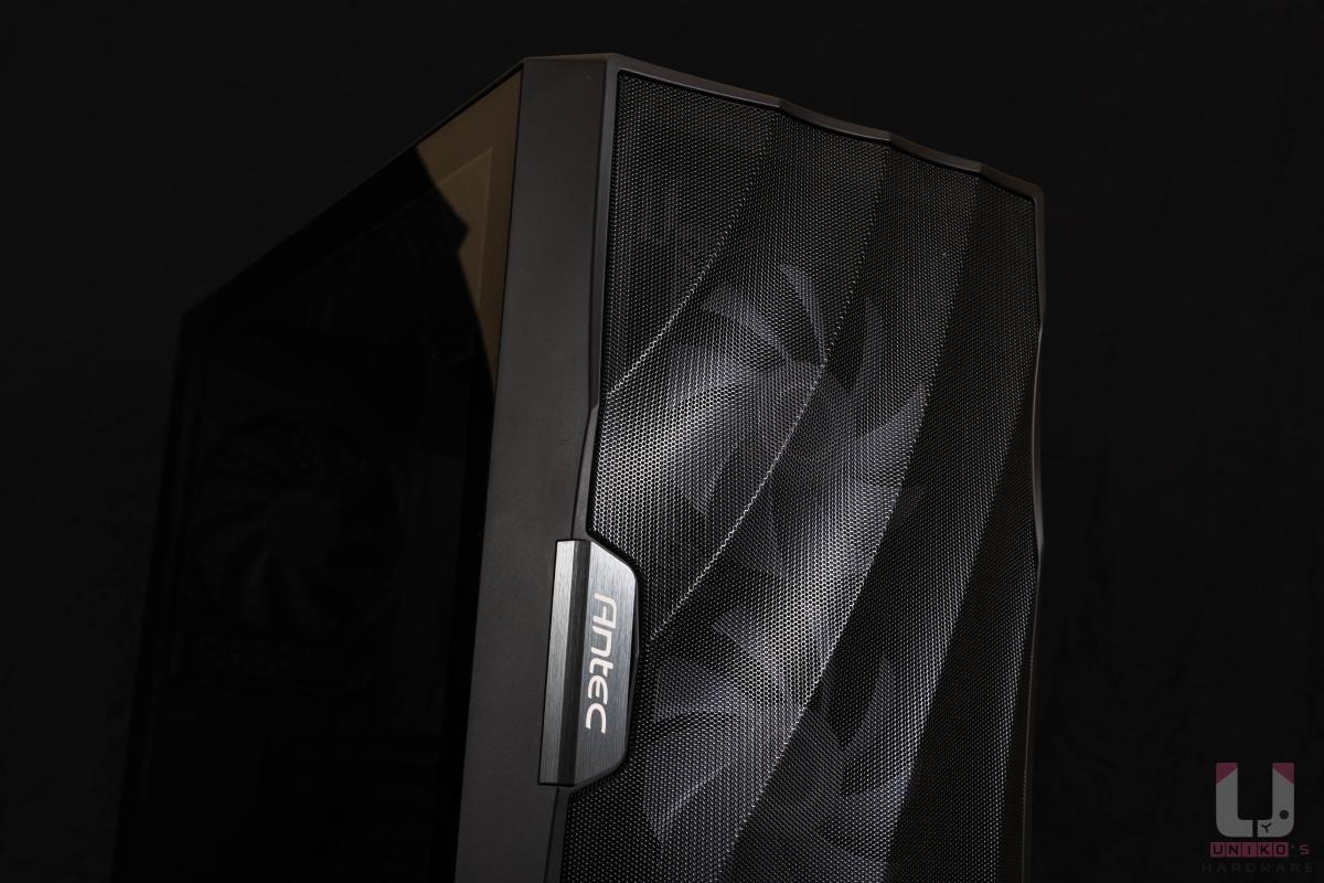 立體化的波狀網孔十分吸睛,一旁的 Antec 銘板更是為機殼帶來精品氣息。