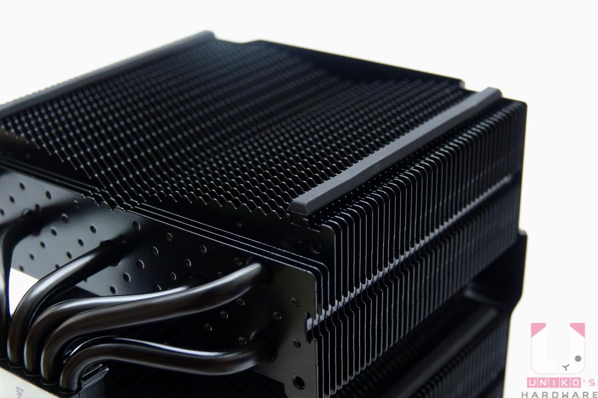波浪狀的散熱鰭片及氣孔,直條狀的橡膠是減震墊。