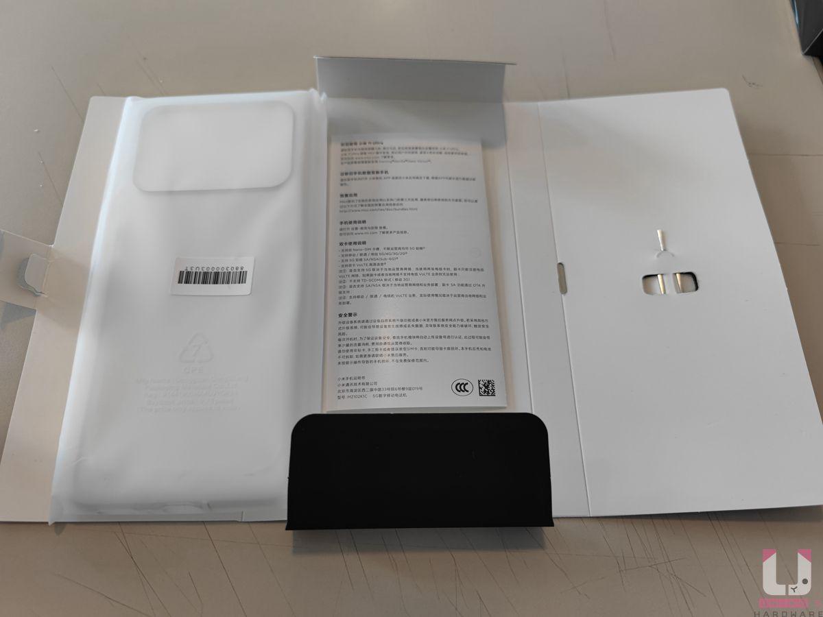 配件很簡單,只有退卡針、原廠保護殼、說明書,沒有附充電器跟 Type-C 線。