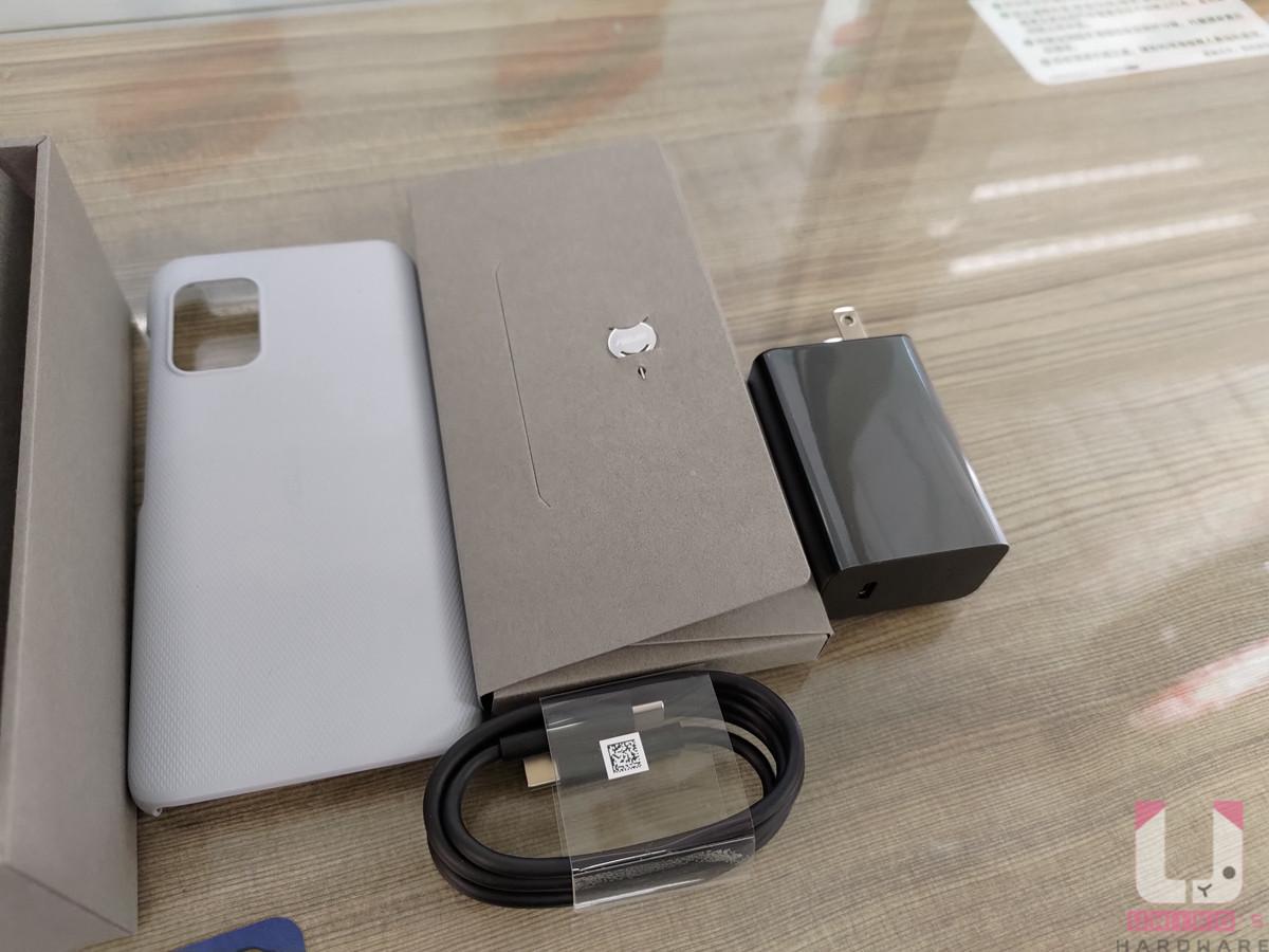 除了手機本體,還附有硬質保護殼、30W 快充頭、Type-C 線、說明書、退卡針。
