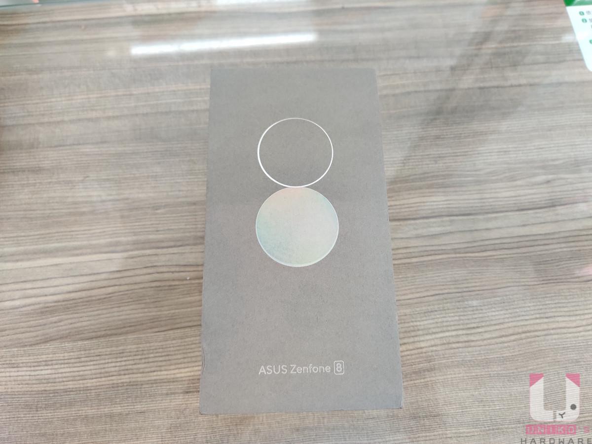 開箱的顏色為簡約銀,盒子上印著兩個圓圈,一個空心一個實心,接在一起呈現 8 字型,象徵這次的 Zenfone 第八代。