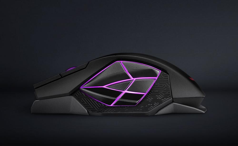 ROG Spatha X 6 顆側面按鍵的排列相似於代表性的 ROG 眼睛,而每顆按鍵的位置都經過精密設計,讓玩家觸手可及。