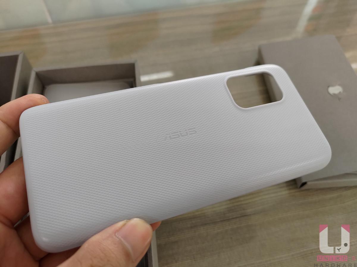 原廠隨附硬質保護殼上有格菱紋路,能一定程度避免手滑。