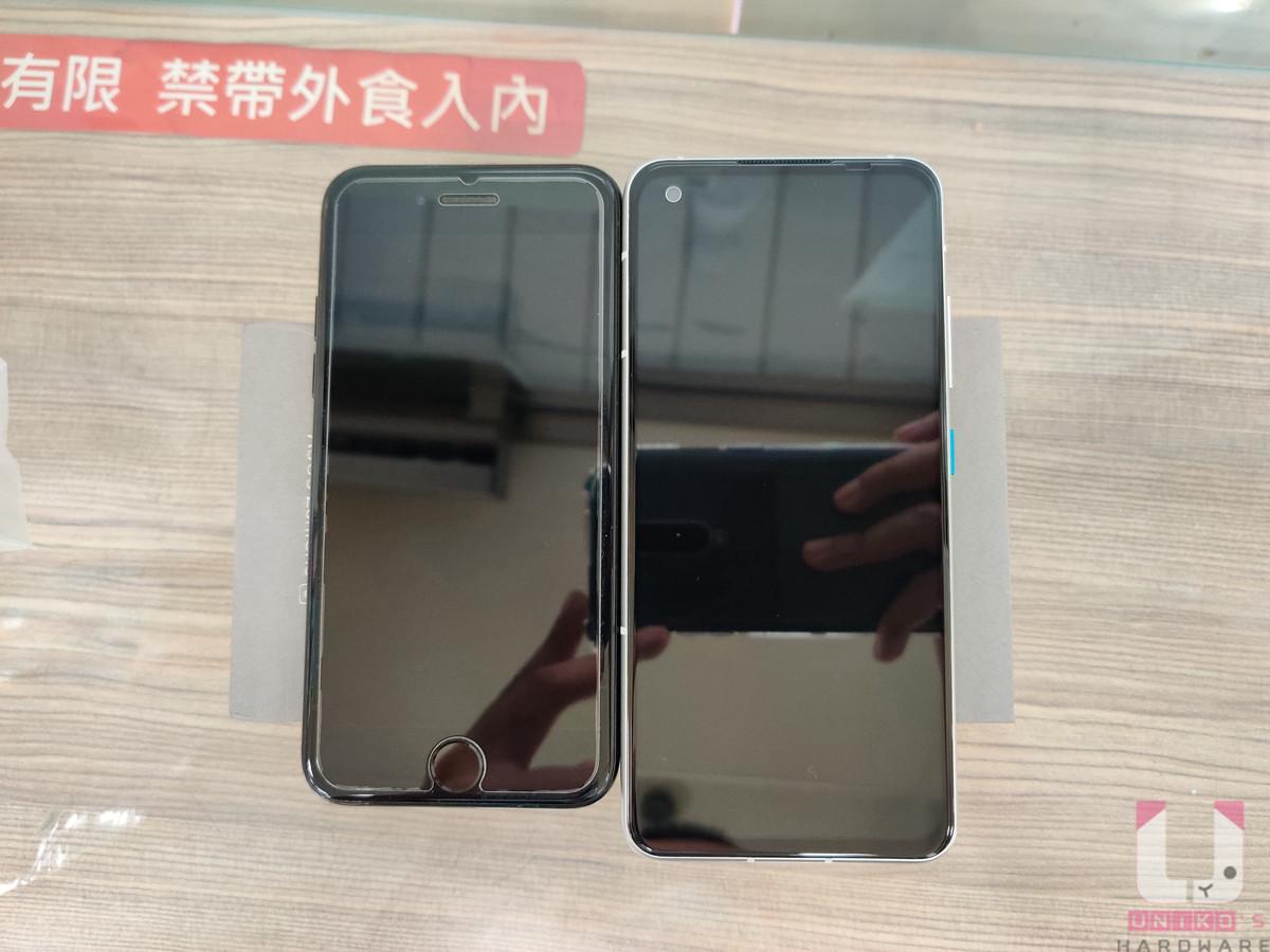 機身尺寸為 148 x 68.5 x 8.9 mm,比 iPhone 7 略大一些,握感與操作感受良好。