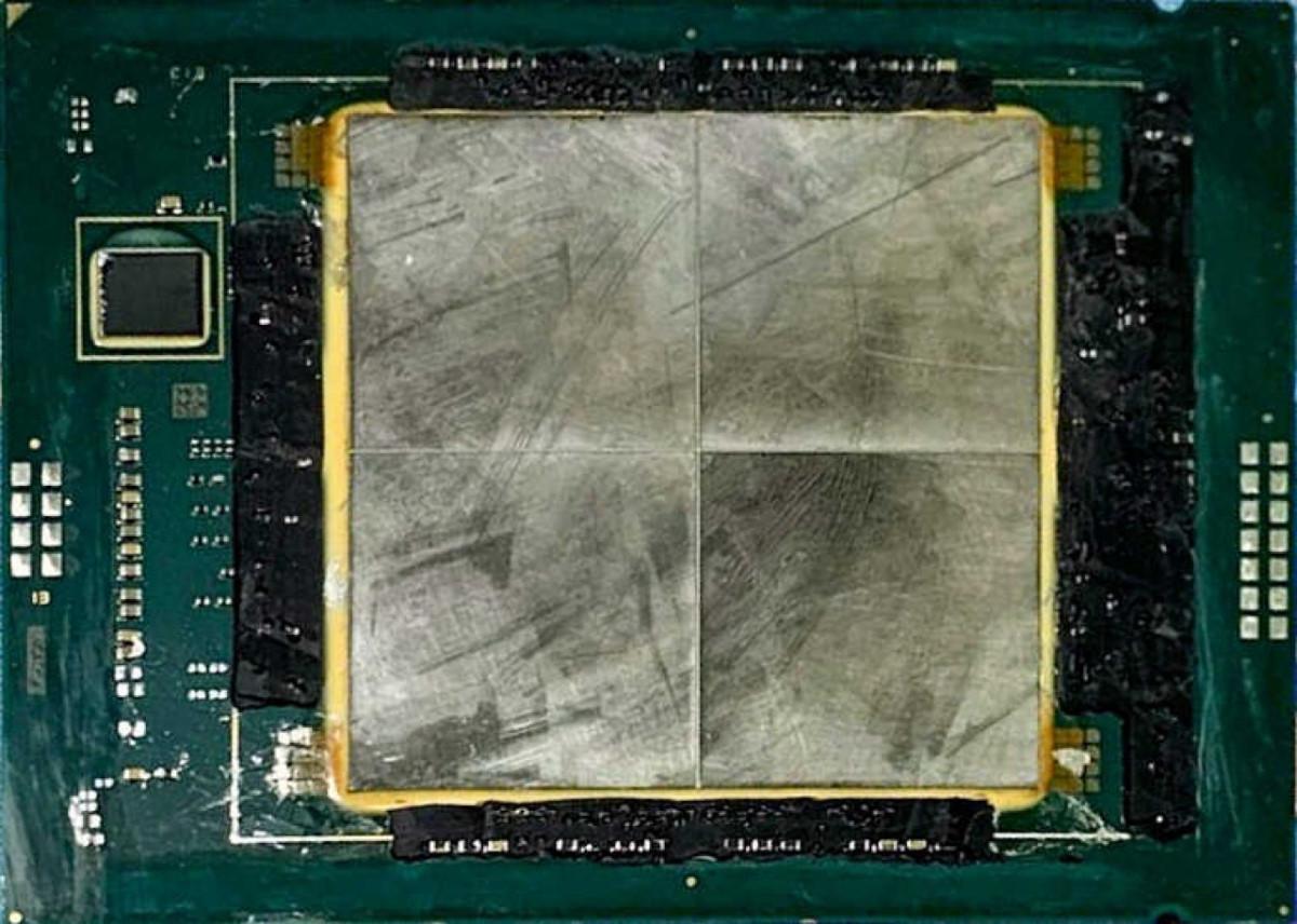 加上 HBM2e 記憶體的 Sapphire Rapids CPU 工程樣品。
