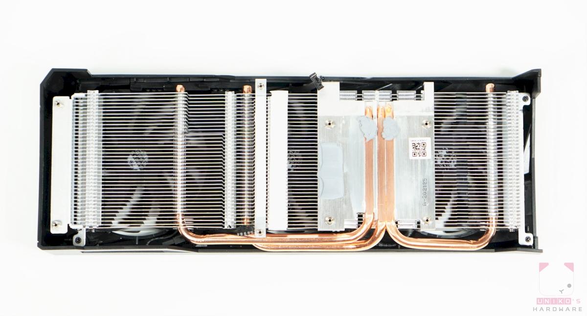 散熱器採用 3 根熱導管直觸 GPU 的方式,不過其中兩根中間有空一格。