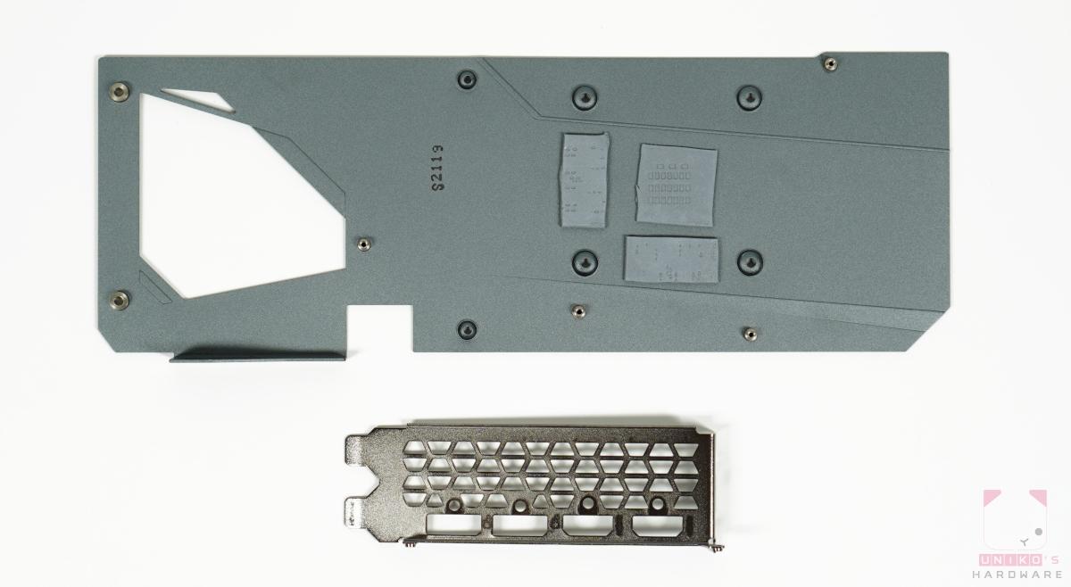 IO 擋板和金屬背板,背板有導熱膠墊接觸 GPU 核心與記憶體。