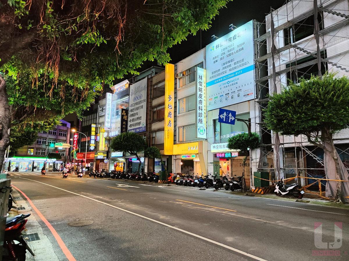 晚上街景拍照,整體畫面偏亮,喜不喜歡就看個人了。