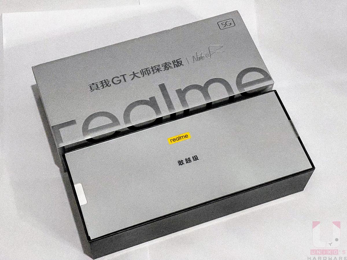 Realme GT 大師探索版的外盒比 Realme 其他款手機還大一些,一打開就會看到敢越級三字。