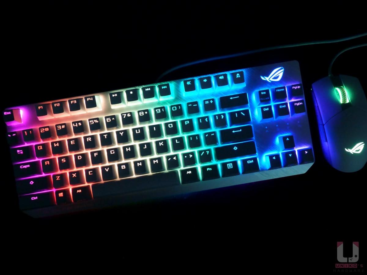 透過更改燈效設定,原本白色燈光變成華麗的RGB。