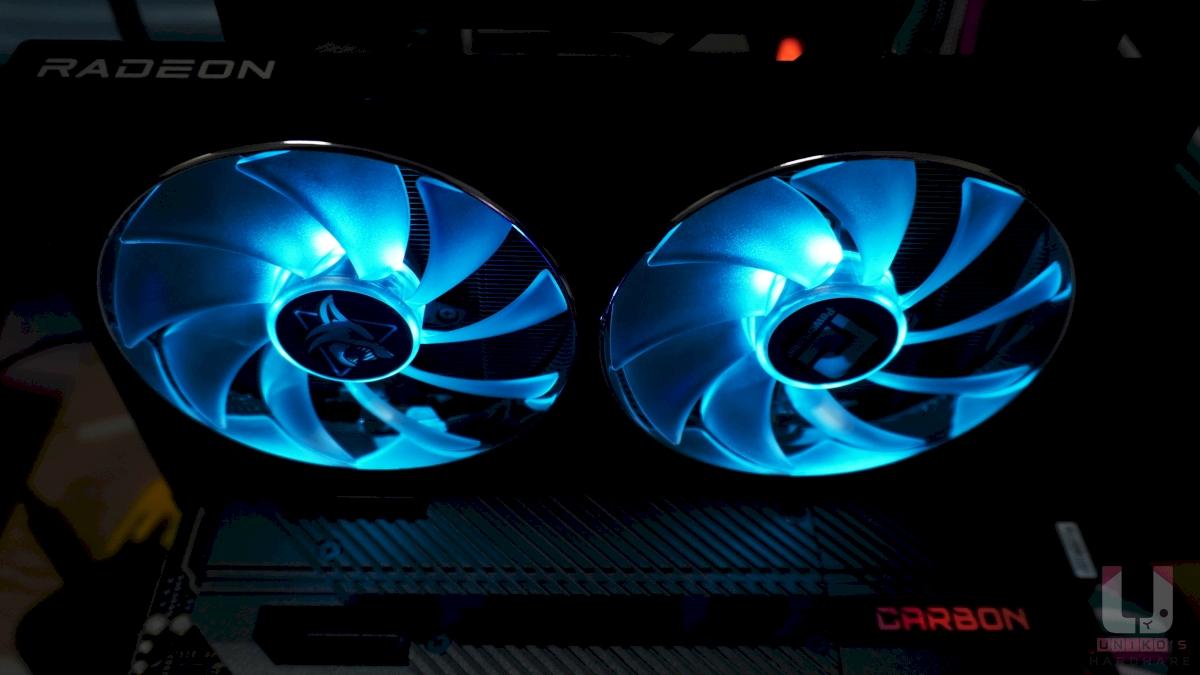 風扇及背板透有藍色 LED,使顯卡在機殼內展現專屬 Hellhound 的冷酷色彩